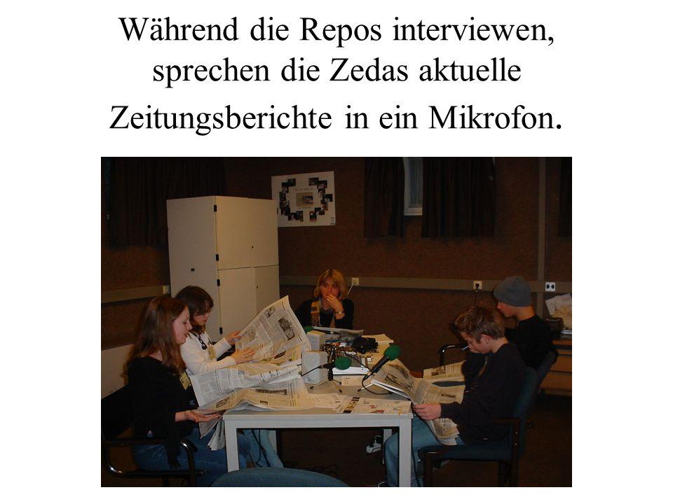 Während die Repos interviewen, sprechen die Zedas aktuelle Zeitungsberichte in ein Mikrofon.