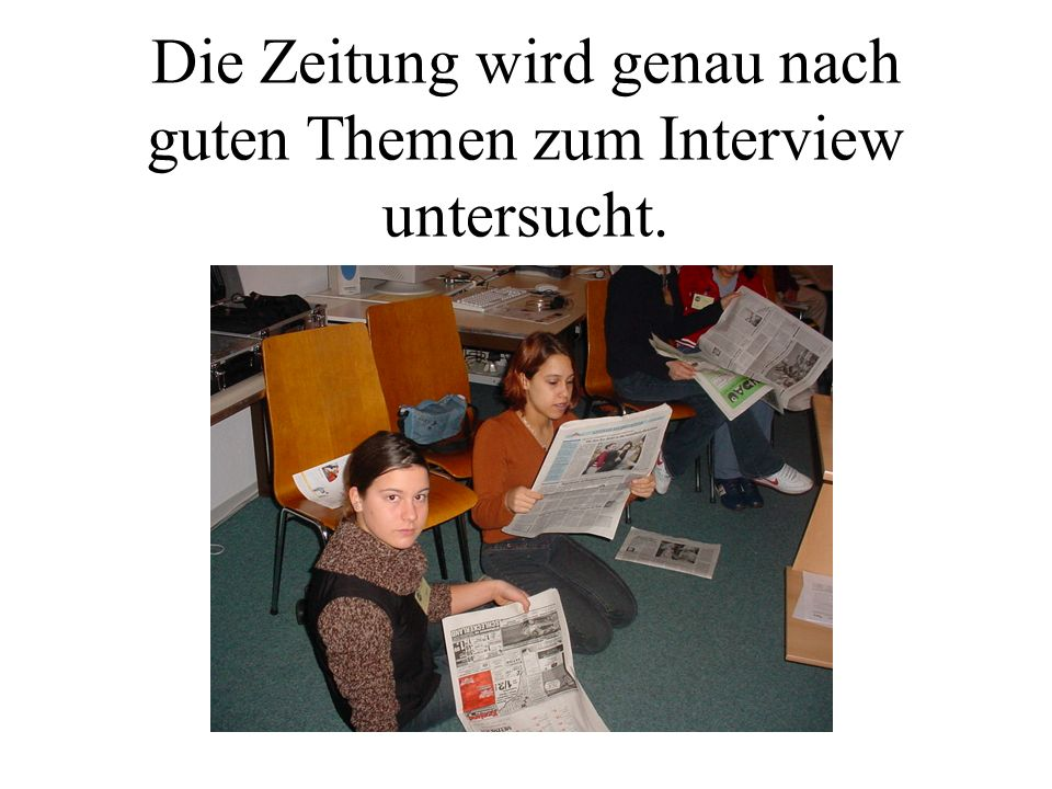 Die Zeitung wird genau nach guten Themen zum Interview untersucht.