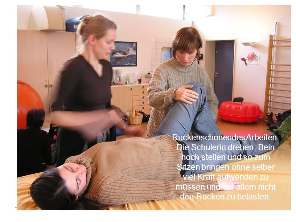 Rückenschonendes Arbeiten: Die Schülerin drehen, Bein hoch stellen und so zum Sitzen bringen ohne selber viel Kraft aufwenden zu müssen und vor allem