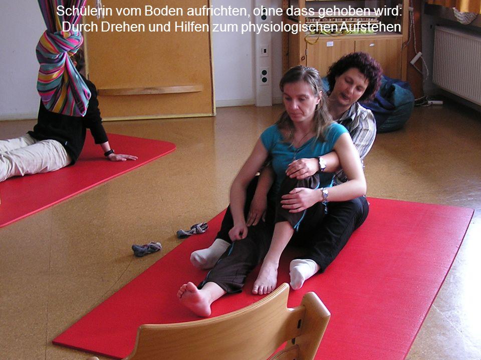 Schülerin vom Boden aufrichten, ohne dass gehoben wird: Durch Drehen und Hilfen zum physiologischen Aufstehen