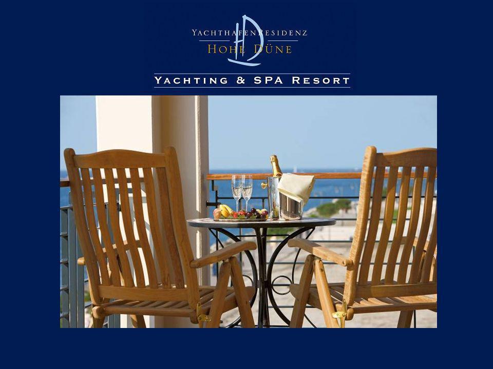 Zimmer mit Aussicht und Raum zum Leben 345 Hotelzimmer 23 Suiten – 57 qm - 100 qm Alle mit eigenem Balkon oder Terrasse - Individuell regulierbare Klimaanlage - Zimmerbibliothek, elektronischer Safe - LCD-Fernseher mit DVD-Player, CD-Player und Radio - Highspeed-Internetzugang, W-LAN in den öffentlichen Bereichen - Minibar, Kaffee- und Teebar mit elektrischem Wasserkocher - Casablanca-Deckenventilator - 759 Tiefgaragen- und Parkplätze - 7 exklusive Boutiquen und Shops - kostenfreier Personenbootsshuttle nach Warnemünde - Zubringerservice zu Golf-, Tennisplätzen und Reiterhof …