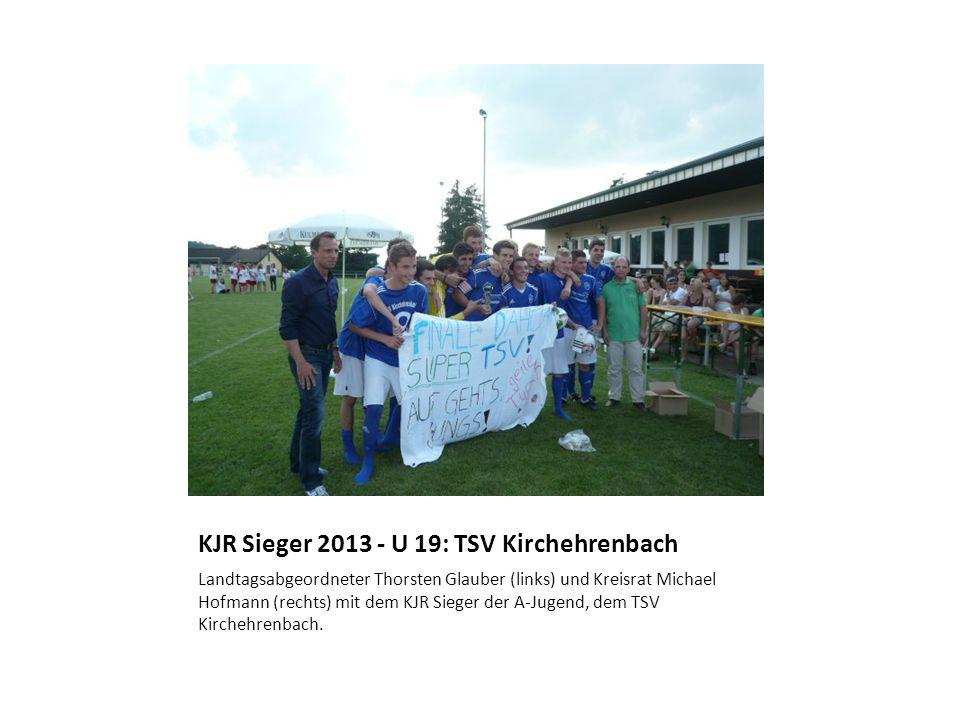KJR Sieger 2013 - U 19: TSV Kirchehrenbach Landtagsabgeordneter Thorsten Glauber (links) und Kreisrat Michael Hofmann (rechts) mit dem KJR Sieger der