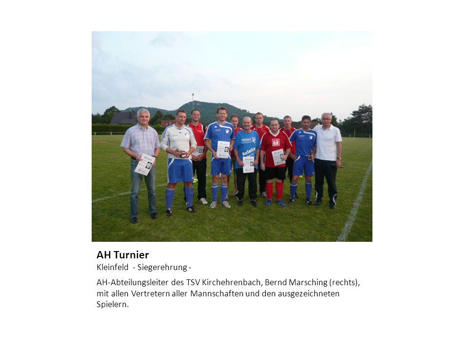 AH Turnier Kleinfeld - Siegerehrung - AH-Abteilungsleiter des TSV Kirchehrenbach, Bernd Marsching (rechts), mit allen Vertretern aller Mannschaften un