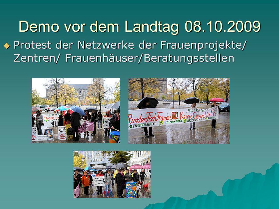 Demo vor dem Landtag 08.10.2009 Protest der Netzwerke der Frauenprojekte/ Zentren/ Frauenhäuser/Beratungsstellen Protest der Netzwerke der Frauenproje