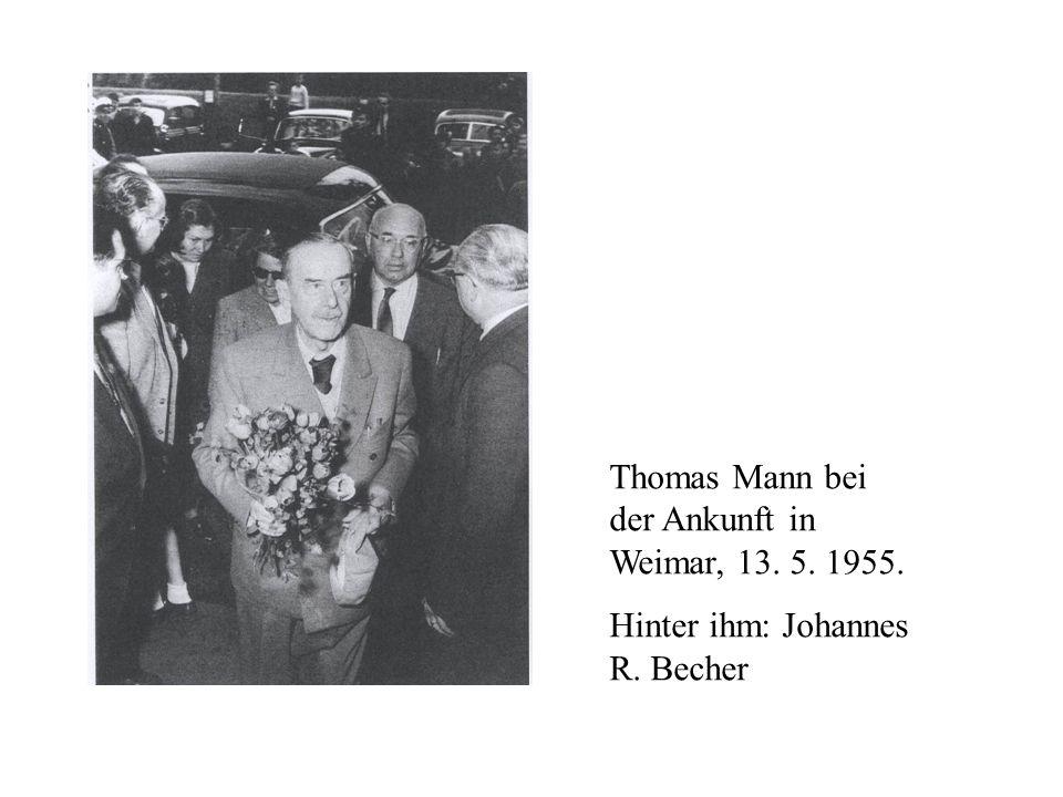 Thomas Mann bei der Ankunft in Weimar, 13. 5. 1955. Hinter ihm: Johannes R. Becher