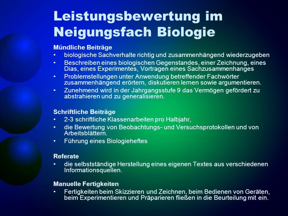 Leistungsbewertung im Neigungsfach Biologie Mündliche Beiträge biologische Sachverhalte richtig und zusammenhängend wiederzugeben Beschreiben eines bi