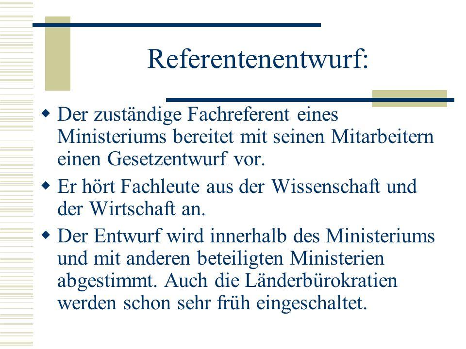 Referentenentwurf: Der zuständige Fachreferent eines Ministeriums bereitet mit seinen Mitarbeitern einen Gesetzentwurf vor.
