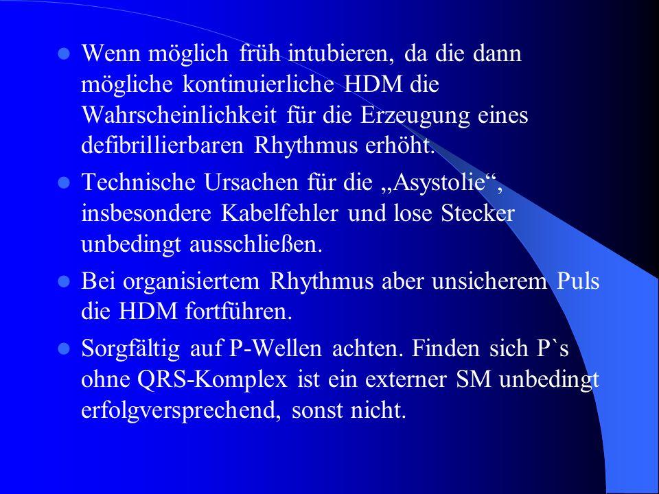 Wenn möglich früh intubieren, da die dann mögliche kontinuierliche HDM die Wahrscheinlichkeit für die Erzeugung eines defibrillierbaren Rhythmus erhöh