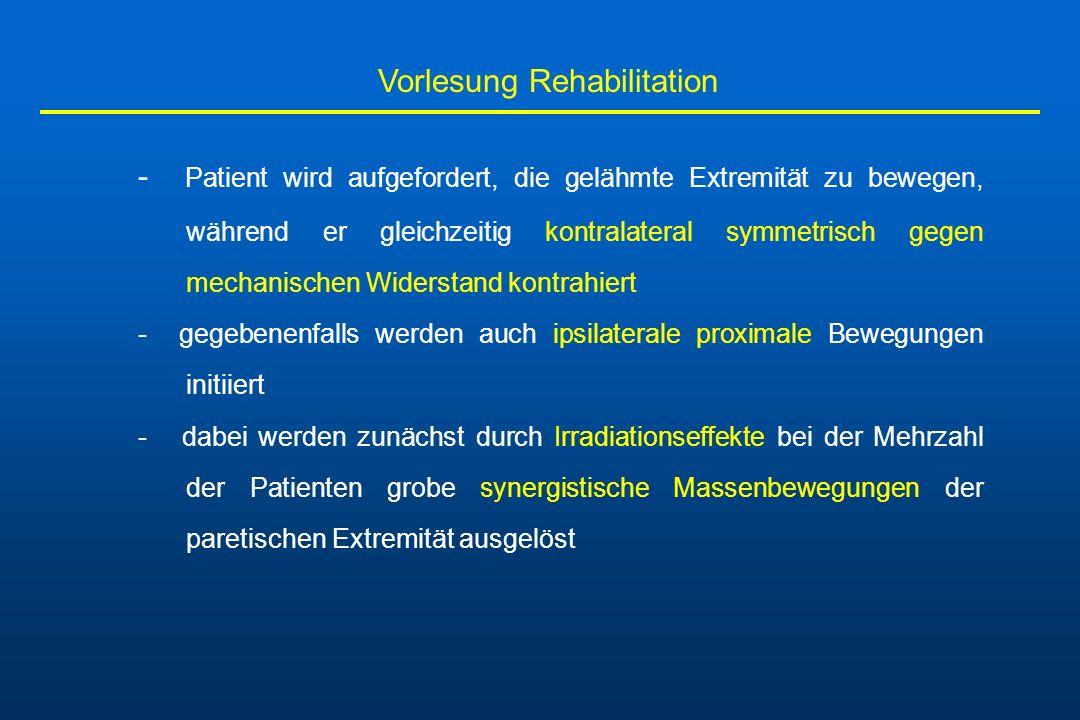 Vorlesung Rehabilitation - Patient wird aufgefordert, die gelähmte Extremität zu bewegen, während er gleichzeitig kontralateral symmetrisch gegen mech