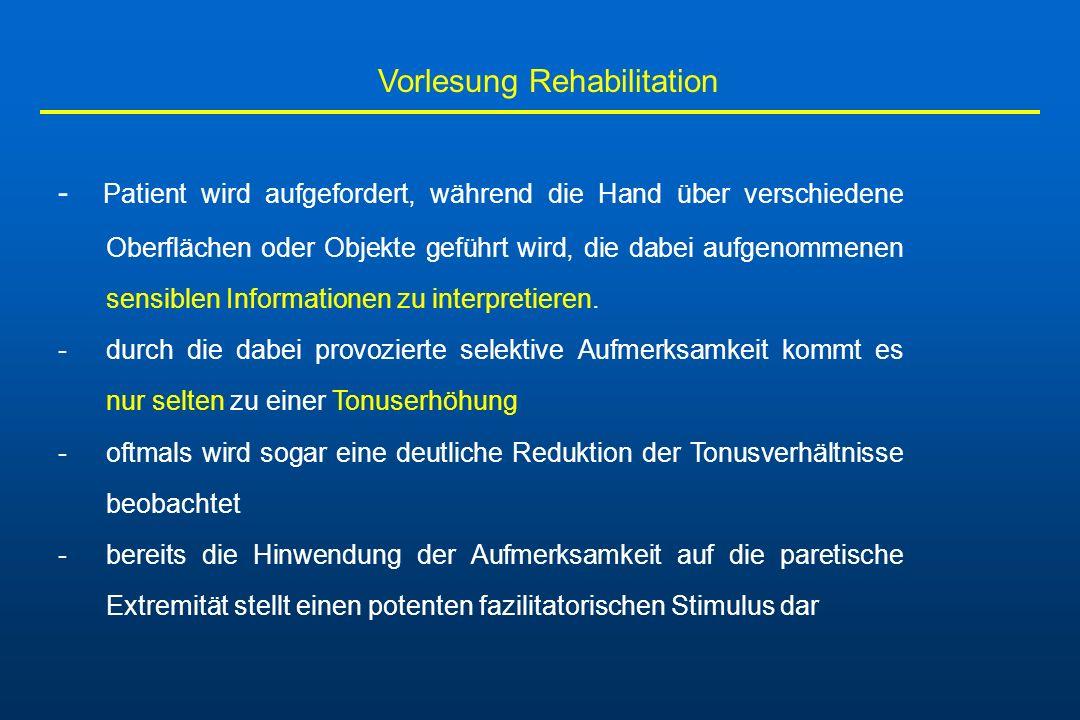 Vorlesung Rehabilitation - Patient wird aufgefordert, während die Hand über verschiedene Oberflächen oder Objekte geführt wird, die dabei aufgenommene