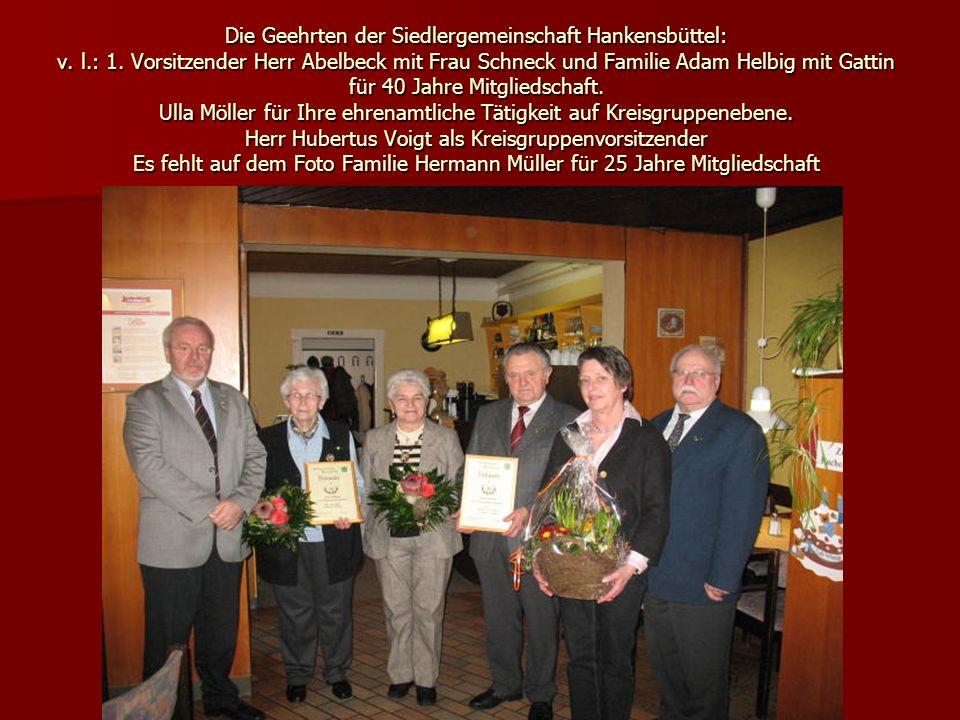 Die Geehrten der Siedlergemeinschaft Hankensbüttel: v. l.: 1. Vorsitzender Herr Abelbeck mit Frau Schneck und Familie Adam Helbig mit Gattin für 40 Ja