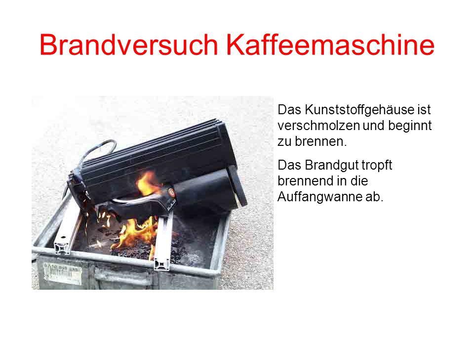 Brandversuch Kaffeemaschine Das Kunststoffgehäuse wird weich und kippt auf die brennende Warmhalteplatte