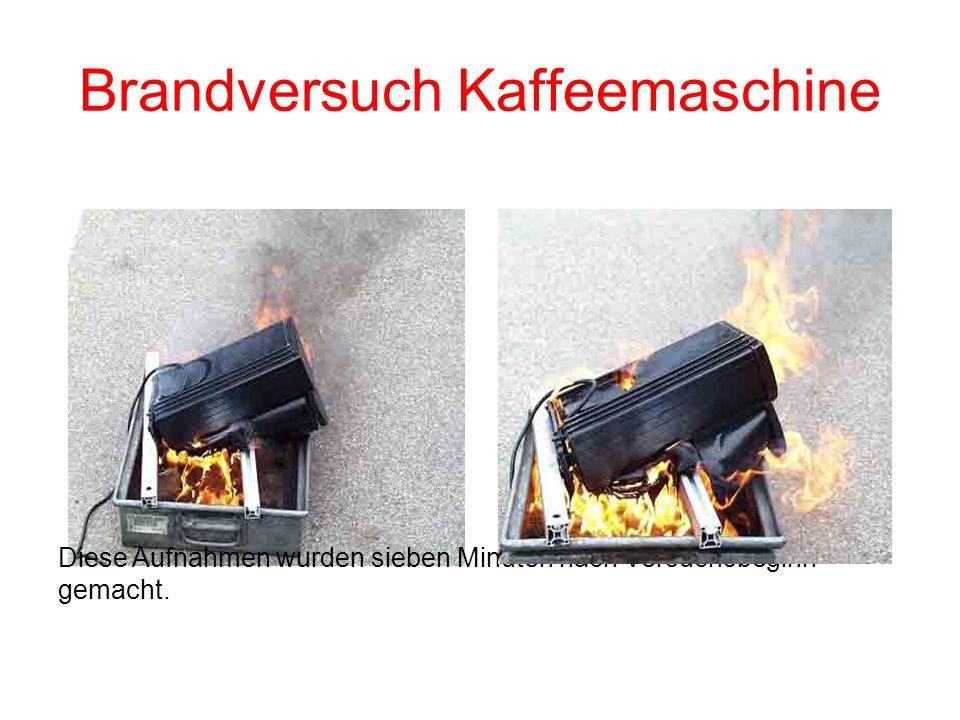 Brandversuch Kaffeemaschine Das Kunststoffgehäuse ist verschmolzen und beginnt zu brennen. Das Brandgut tropft brennend in die Auffangwanne ab.