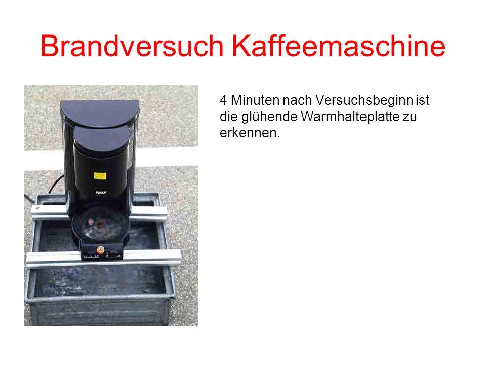 Brandversuch Kaffeemaschine 4 Minuten nach Versuchsbeginn ist die glühende Warmhalteplatte zu erkennen.