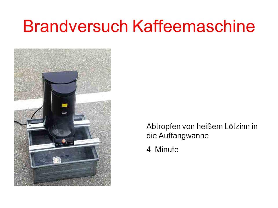 Brandversuch Kaffeemaschine Ebenfalls in der 4. Minute ist die erste Flammenbildung sichtbar.
