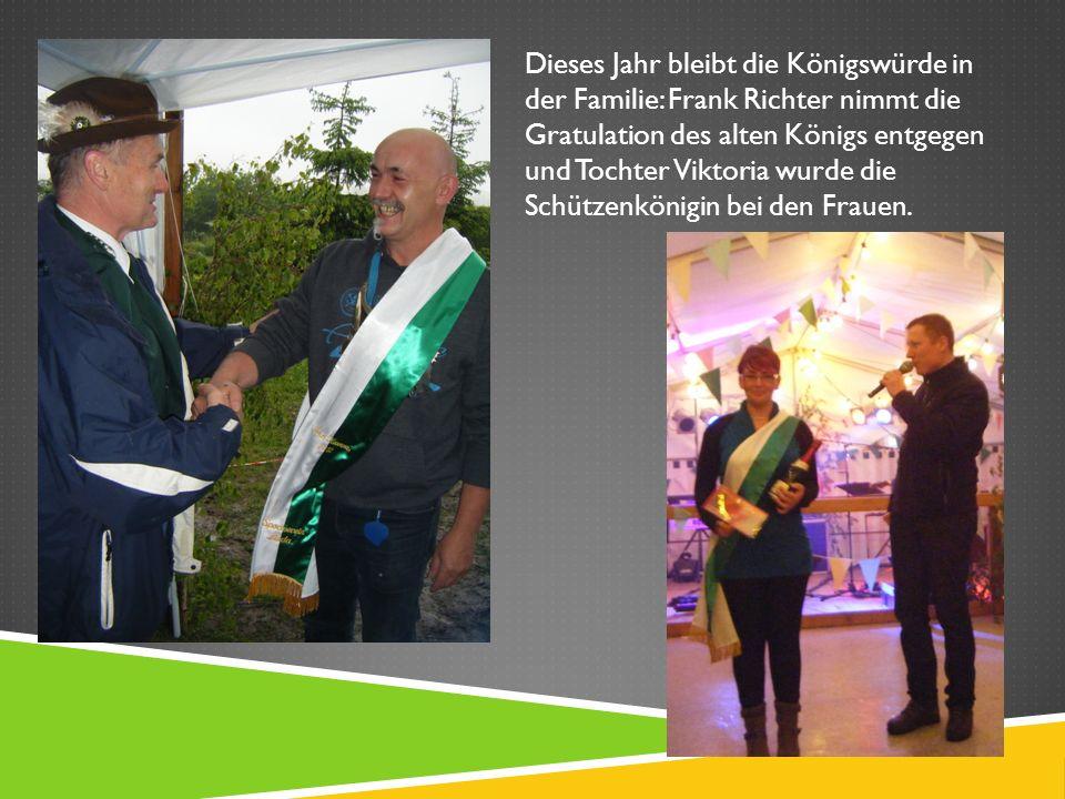 Dieses Jahr bleibt die Königswürde in der Familie: Frank Richter nimmt die Gratulation des alten Königs entgegen und Tochter Viktoria wurde die Schützenkönigin bei den Frauen.