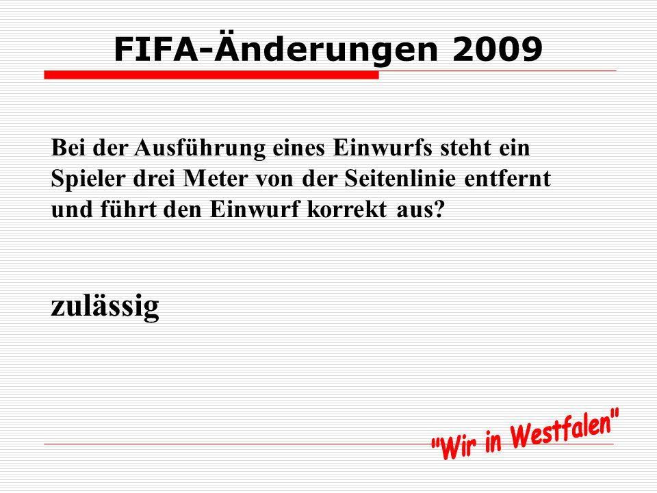 FIFA-Änderungen 2009 Bei der Ausführung eines Einwurfs steht ein Spieler drei Meter von der Seitenlinie entfernt und führt den Einwurf korrekt aus.