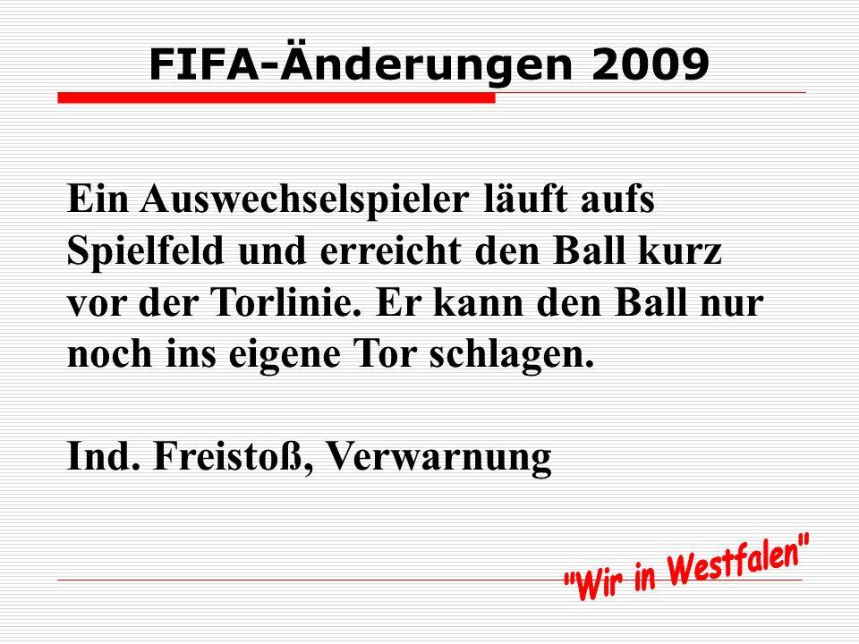 FIFA-Änderungen 2009 Ein Auswechselspieler läuft aufs Spielfeld und erreicht den Ball kurz vor der Torlinie.