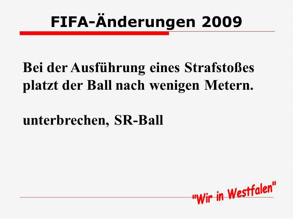 FIFA-Änderungen 2009 Bei der Ausführung eines Strafstoßes platzt der Ball nach wenigen Metern.