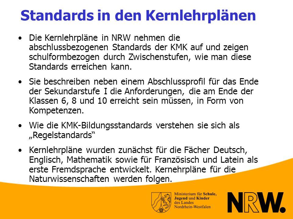 Standards in den Kernlehrplänen Die Kernlehrpläne in NRW nehmen die abschlussbezogenen Standards der KMK auf und zeigen schulformbezogen durch Zwische