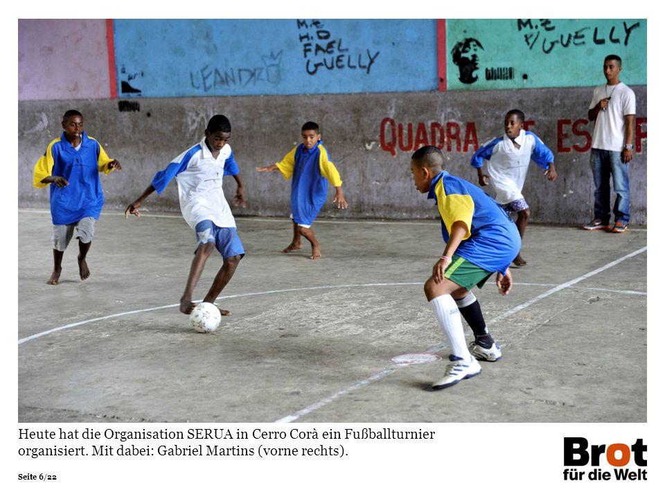 Seite 6/22 Heute hat die Organisation SERUA in Cerro Corà ein Fußballturnier organisiert. Mit dabei: Gabriel Martins (vorne rechts).