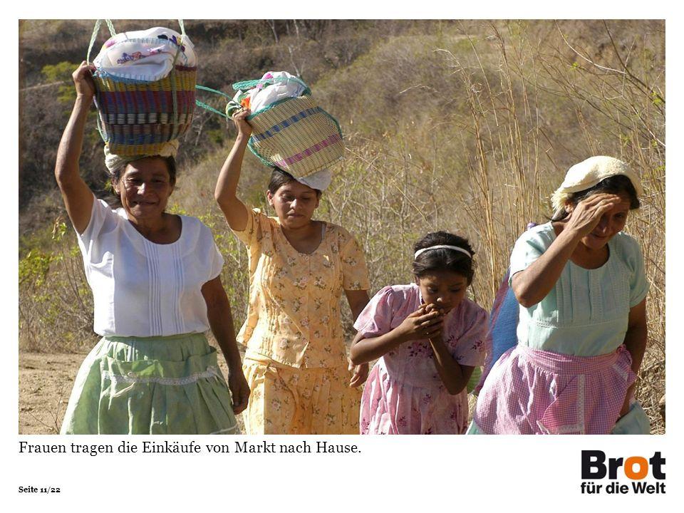 Seite 11/22 Frauen tragen die Einkäufe von Markt nach Hause.