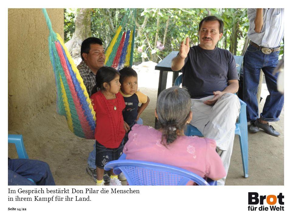 Seite 14/22 Im Gespräch bestärkt Don Pilar die Menschen in ihrem Kampf für ihr Land.