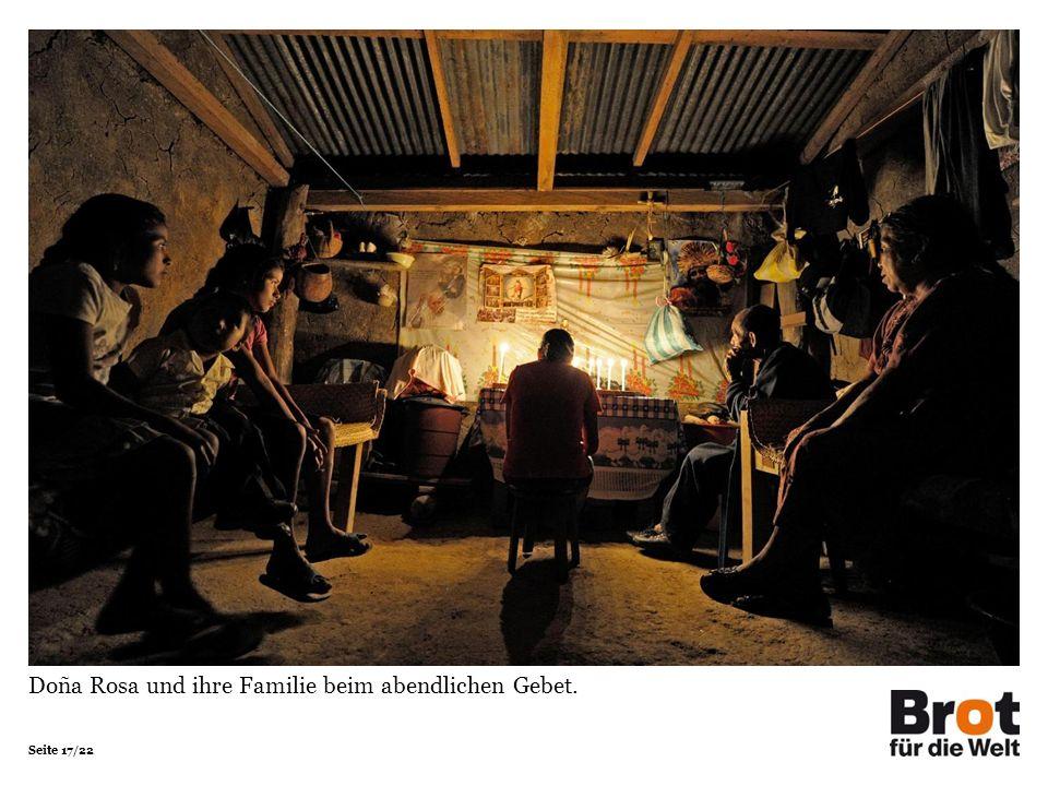 Seite 17/22 Doña Rosa und ihre Familie beim abendlichen Gebet.
