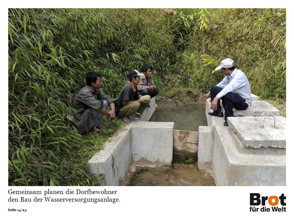 Seite 14/24 Gemeinsam planen die Dorfbewohner den Bau der Wasserversorgungsanlage.