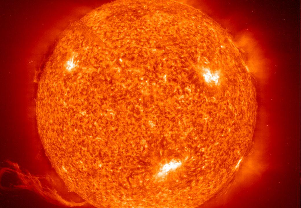 Lokale Sonneneinstrahlung auf der Erdoberfläche -Als die größte Energiequelle liefert die Sonne pro Jahr eine Energiemenge von etwa 3,9 · 10 24 J, das entspricht 1,08 · 10 18 kWh, auf die Erdoberfläche.