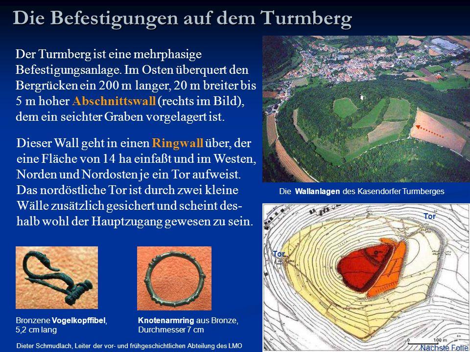 Der Turmberg ist eine mehrphasige Befestigungsanlage. Im Osten überquert den Bergrücken ein 200 m langer, 20 m breiter bis 5 m hoher Abschnittswall (r