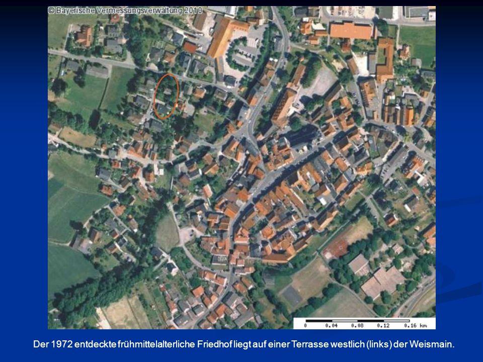 Die räumliche Verteilung der Gräber der Hufenbauern- familien (im Westen) und der Leibeigenen (im Osten ) innerhalb des untersuchten Teiles des Ortsfriedhofes Weismain-West.