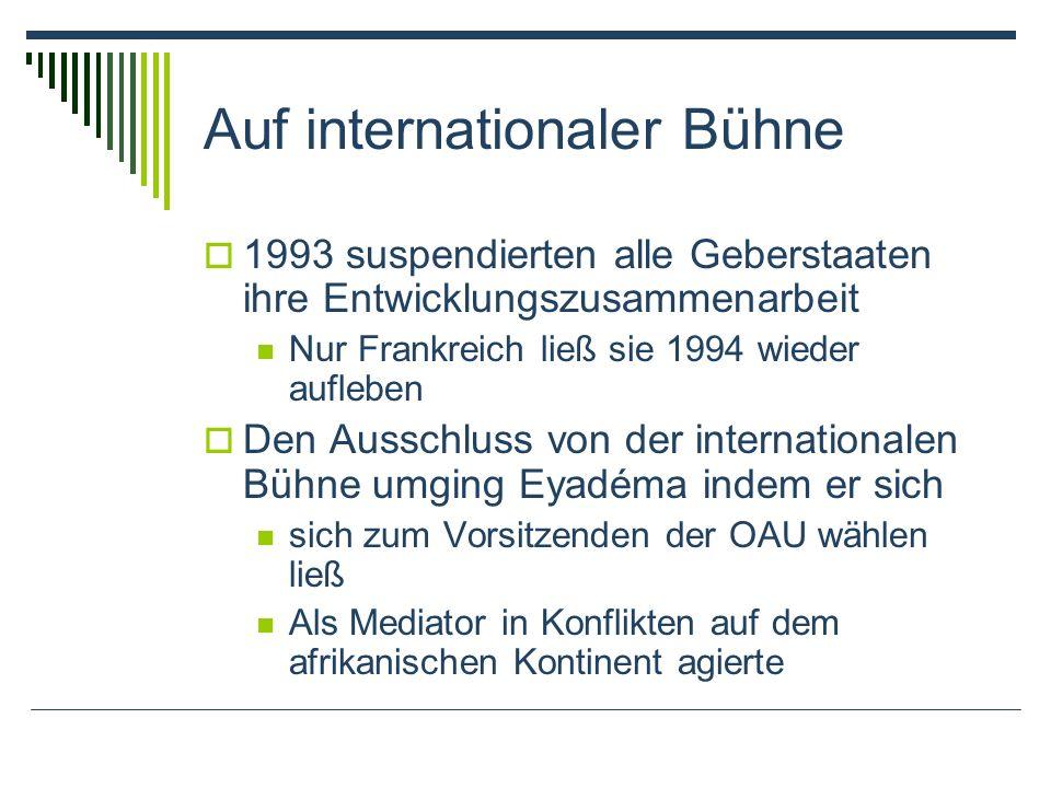 Auf internationaler Bühne 1993 suspendierten alle Geberstaaten ihre Entwicklungszusammenarbeit Nur Frankreich ließ sie 1994 wieder aufleben Den Ausschluss von der internationalen Bühne umging Eyadéma indem er sich sich zum Vorsitzenden der OAU wählen ließ Als Mediator in Konflikten auf dem afrikanischen Kontinent agierte