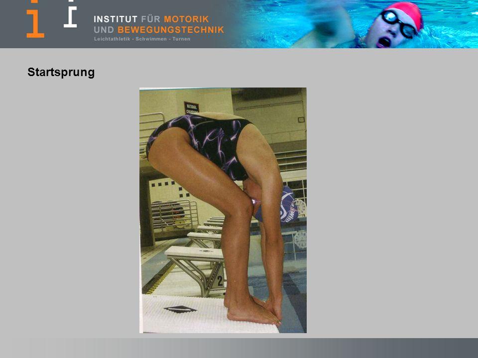 Abb.1 Gebückte Haltung – beide Hände greifen zwischen den Füßen an den Startblock.