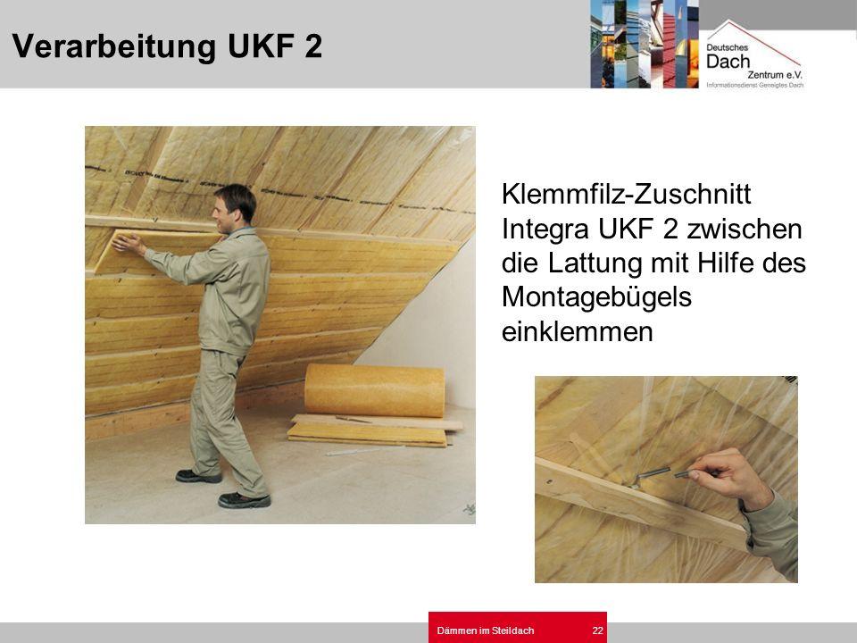 Dämmen im Steildach22 Klemmfilz-Zuschnitt Integra UKF 2 zwischen die Lattung mit Hilfe des Montagebügels einklemmen Verarbeitung UKF 2