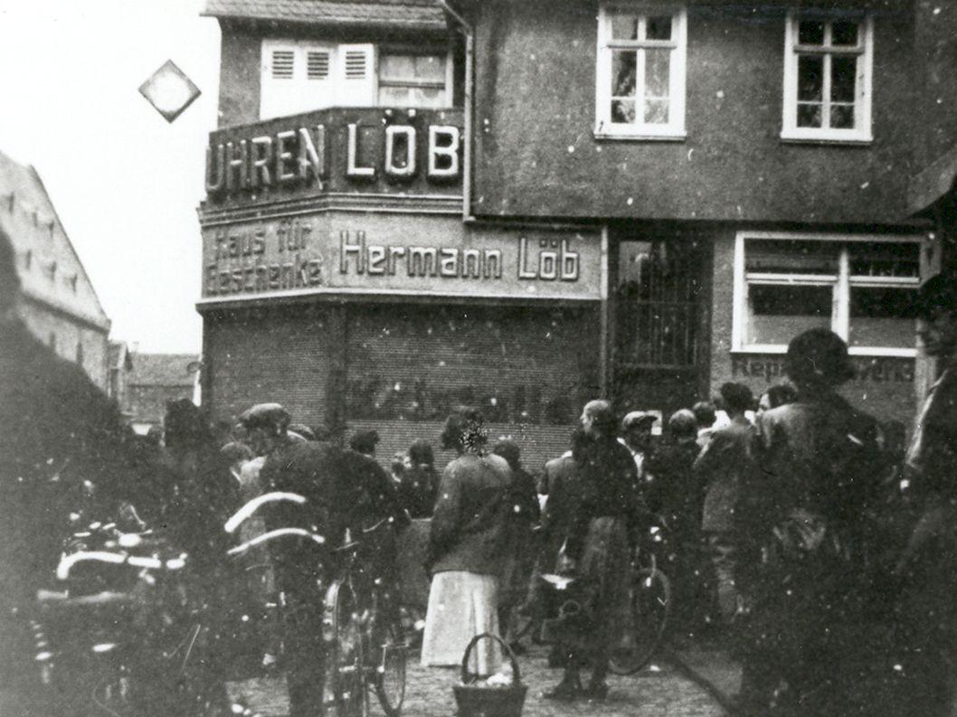Maja Kühn, ein junges Mädchen, wies einen Jungen darauf hin, dass er bei Juden kauft Frau Löb gibt dem Mädchen daraufhin eine Ohrfeige Frau Löb wird in Schutzhaft genommen
