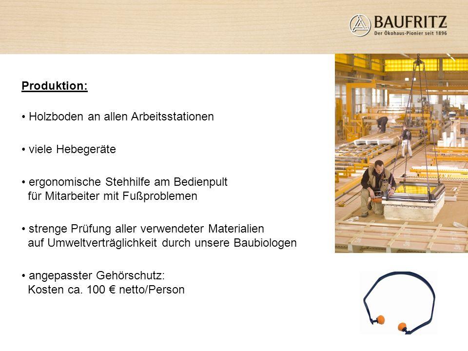 Produktion: Holzboden an allen Arbeitsstationen viele Hebegeräte ergonomische Stehhilfe am Bedienpult für Mitarbeiter mit Fußproblemen strenge Prüfung