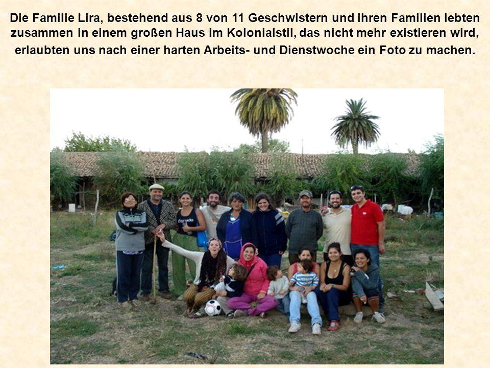 Die Familie Lira, bestehend aus 8 von 11 Geschwistern und ihren Familien lebten zusammen in einem großen Haus im Kolonialstil, das nicht mehr existieren wird, erlaubten uns nach einer harten Arbeits- und Dienstwoche ein Foto zu machen.