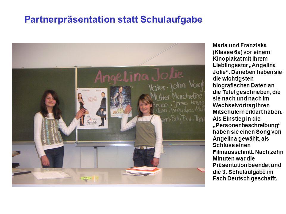Partnerpräsentation statt Schulaufgabe Maria und Franziska (Klasse 6a) vor einem Kinoplakat mit ihrem Lieblingsstar Angelina Jolie. Daneben haben sie
