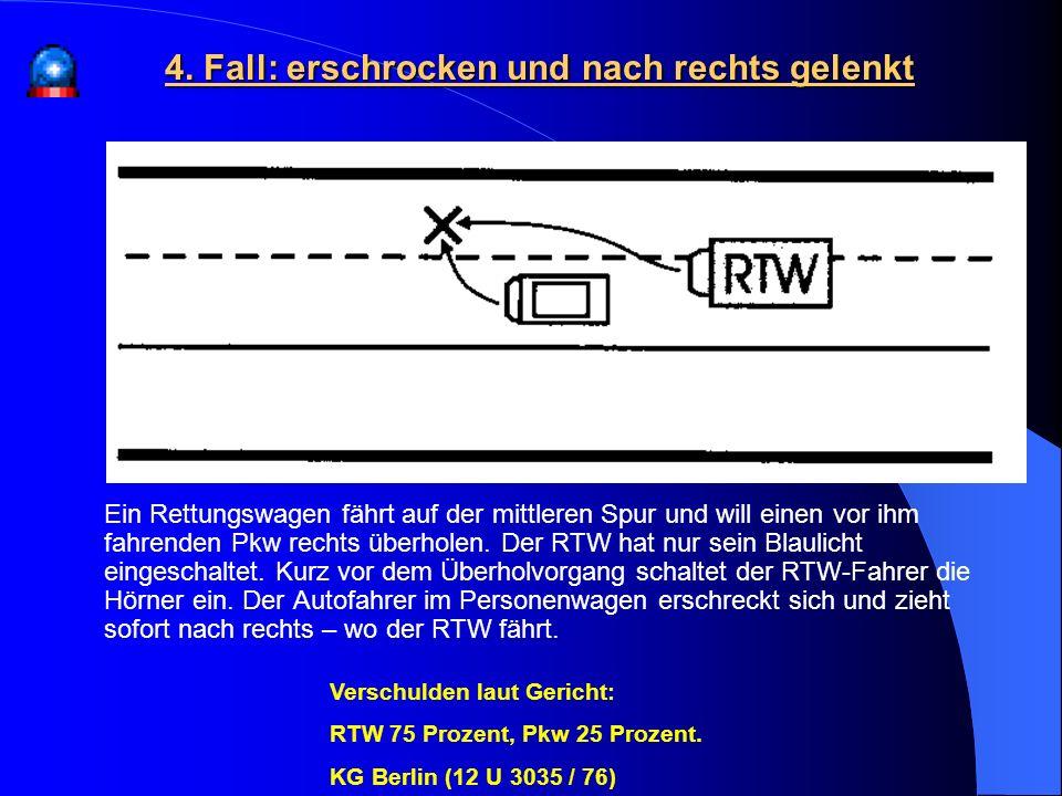 Ein Rettungswagen fährt auf der mittleren Spur und will einen vor ihm fahrenden Pkw rechts überholen. Der RTW hat nur sein Blaulicht eingeschaltet. Ku