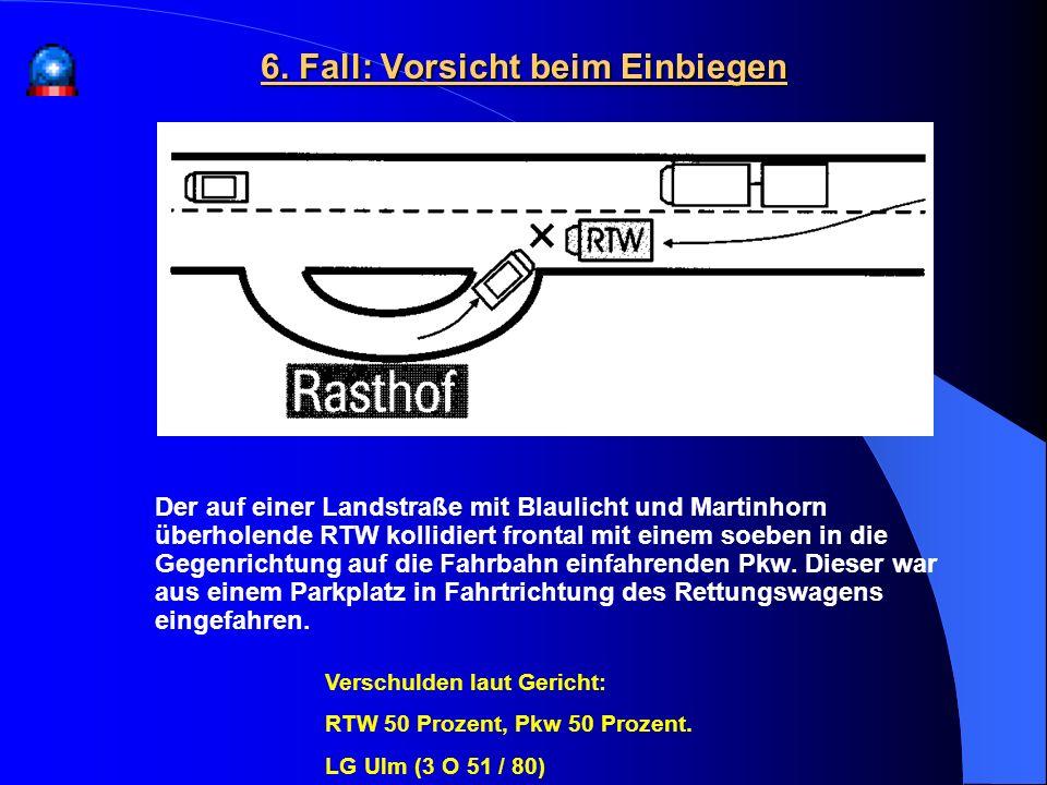Der auf einer Landstraße mit Blaulicht und Martinhorn überholende RTW kollidiert frontal mit einem soeben in die Gegenrichtung auf die Fahrbahn einfah