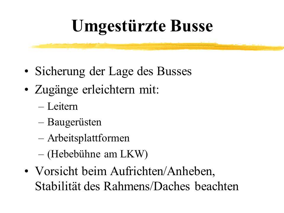 Umgestürzte Busse Sicherung der Lage des Busses Zugänge erleichtern mit: –Leitern –Baugerüsten –Arbeitsplattformen –(Hebebühne am LKW) Vorsicht beim A