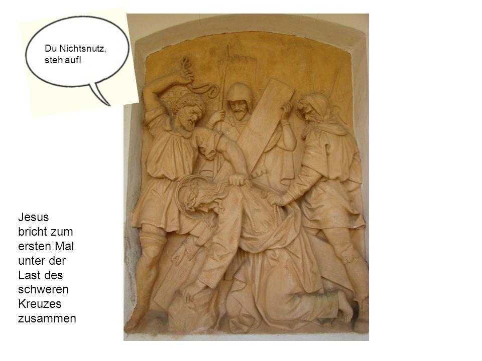 Jesus bricht zum ersten Mal unter der Last des schweren Kreuzes zusammen Du Nichtsnutz, steh auf!