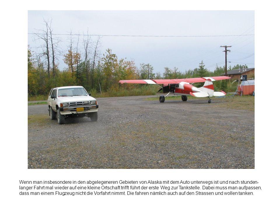 Wenn man insbesondere in den abgelegeneren Gebieten von Alaska mit dem Auto unterwegs ist und nach stunden- langer Fahrt mal wieder auf eine kleine Ortschaft trifft führt der erste Weg zur Tankstelle.