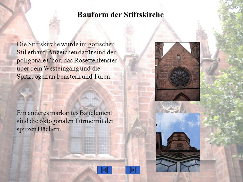 Bauform der Stiftskirche Die Stiftskirche wurde im gotischen Stil erbaut. Anzeichen dafür sind der poligonale Chor, das Rosettenfenster über dem Weste