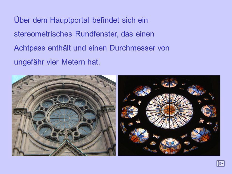 Über dem Hauptportal befindet sich ein stereometrisches Rundfenster, das einen Achtpass enthält und einen Durchmesser von ungefähr vier Metern hat.