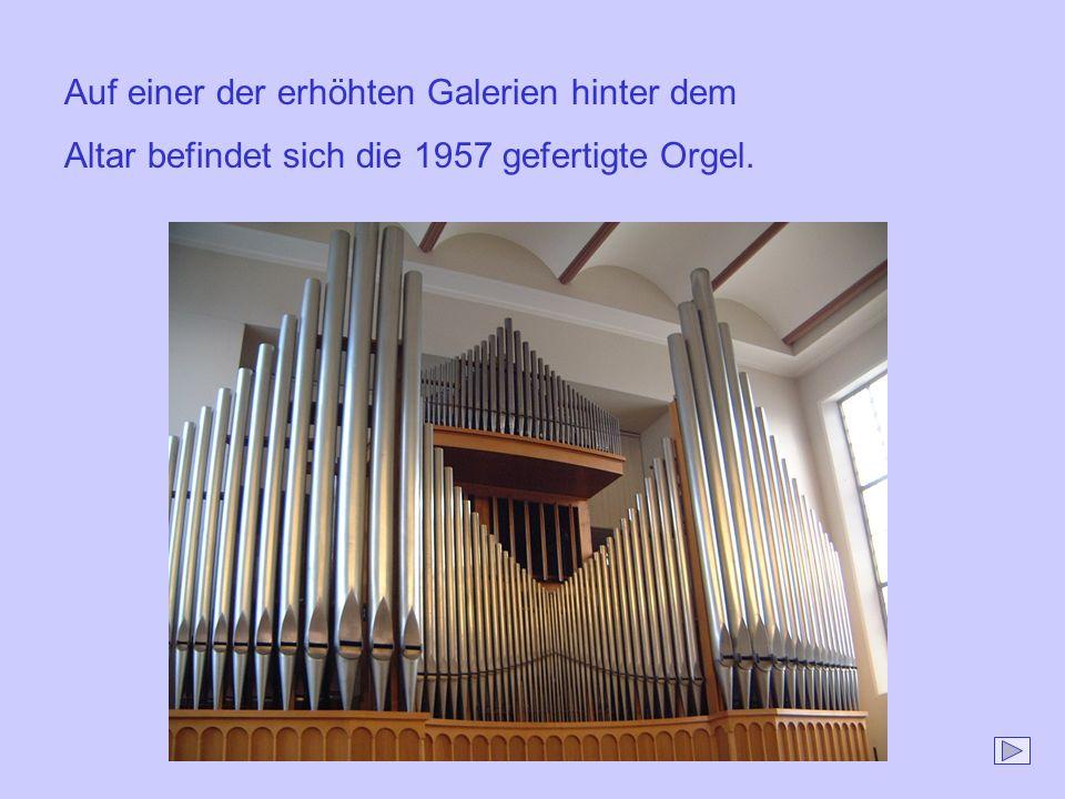 Auf einer der erhöhten Galerien hinter dem Altar befindet sich die 1957 gefertigte Orgel.
