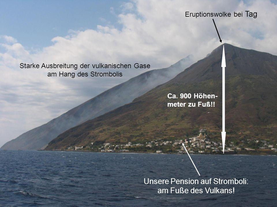 Unsere Pension auf Stromboli: am Fuße des Vulkans! Eruptionswolke bei Tag Starke Ausbreitung der vulkanischen Gase am Hang des Strombolis Ca. 900 Höhe