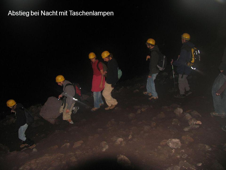 Abstieg bei Nacht mit Taschenlampen