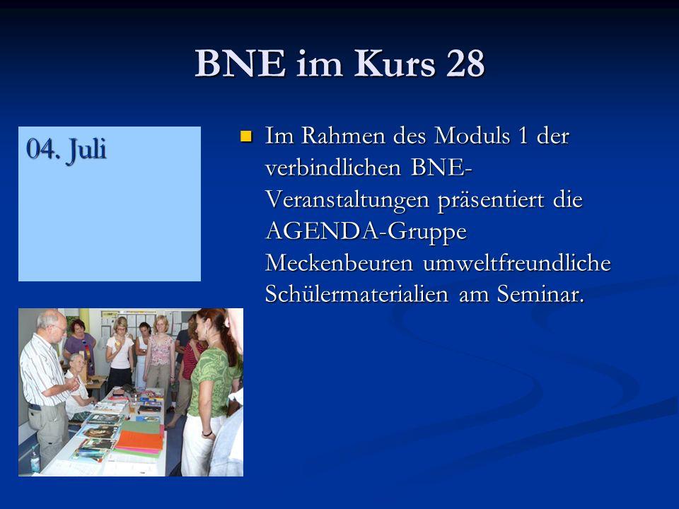 BNE im Kurs 28 Im Rahmen des Moduls 1 der verbindlichen BNE- Veranstaltungen präsentiert die AGENDA-Gruppe Meckenbeuren umweltfreundliche Schülermaterialien am Seminar.